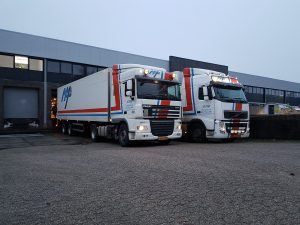 twee nap transport truck aan laad-los dock