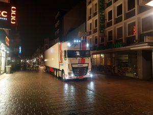 Nap truck in donkere straat in de nacht