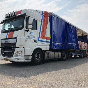 Nap truck met half open schuifzeil en vaste lading